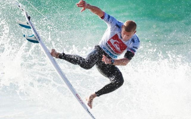 Surfista es atacado por tiburón durante competencia (VIDEO)