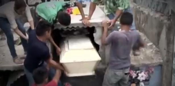 Un día después del funeral, su esposo estaba visitando la tumba, y en ese momento oyó golpes y los gritos de la adolescente.
