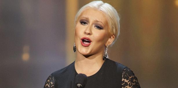 Christina Aguilera también se quita la ropa