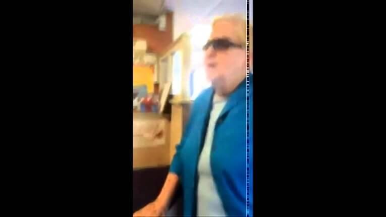 """""""Speak English"""" Mujer insulta a otra mujer después de escucharla hablar español"""