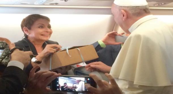 ¡María Antonieta Collins le lleva empanadas argentinas al Papa!