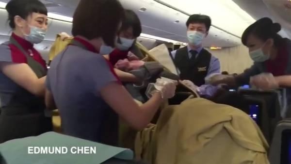 Dio a luz en un avión y le quieren cobrar por el parto