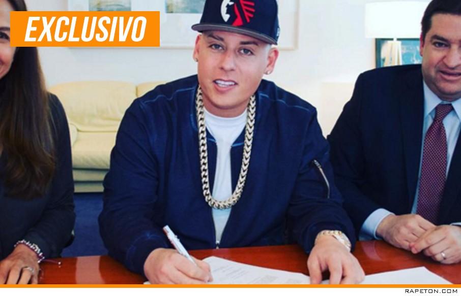 Cosculluela firma contrato millonario con Warner Music Latin