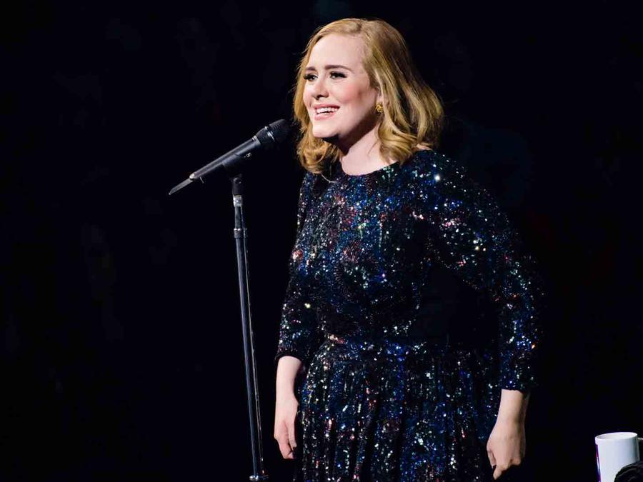 OMG!!! Adele se le olvidó la letra de su canción en pleno concierto (VIDEO)