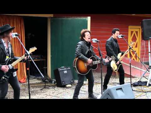 """VIDEO: Willie Nile performing """"House Of A Thousand Guitars"""" – 4/29/16"""